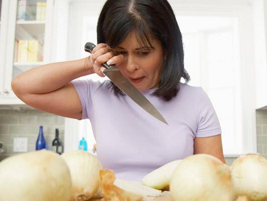 10 astuces pour couper des oignons sans pleurer quebec - Comment couper un oignon sans pleurer ...