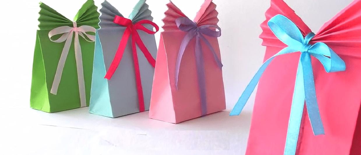 La technique pour faire un paquet cadeau original avec une - Faire une enveloppe avec une feuille ...