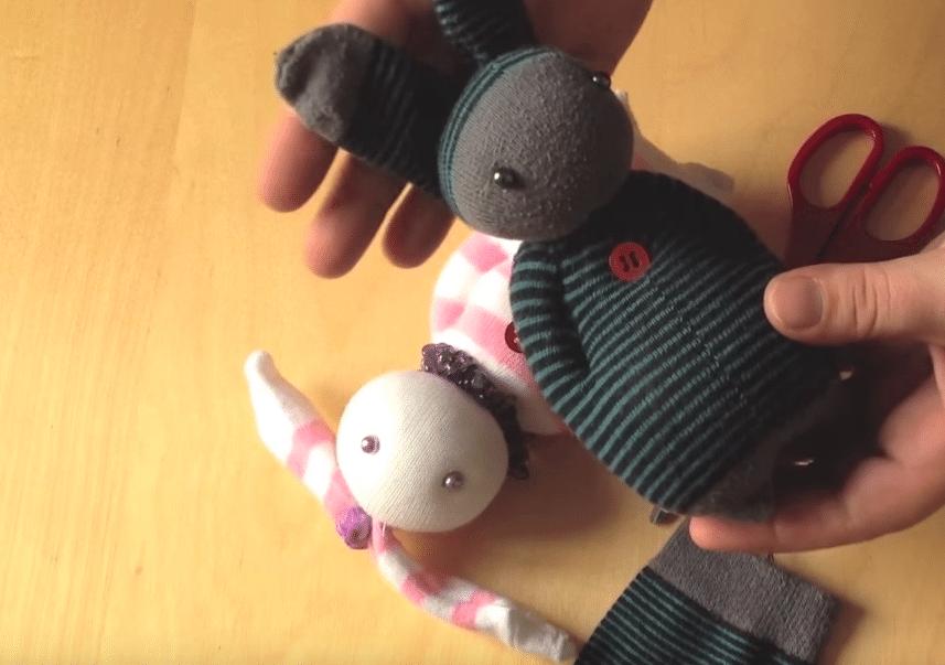 fabriquez un doudou lapin avec des chaussettes. Black Bedroom Furniture Sets. Home Design Ideas